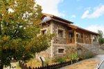 En la carretera de la Plataforma se encuentra la Casa del Parque Pinos Cimeros, el centro de interpretación del Parque Regional de la Sierra de Gredos.